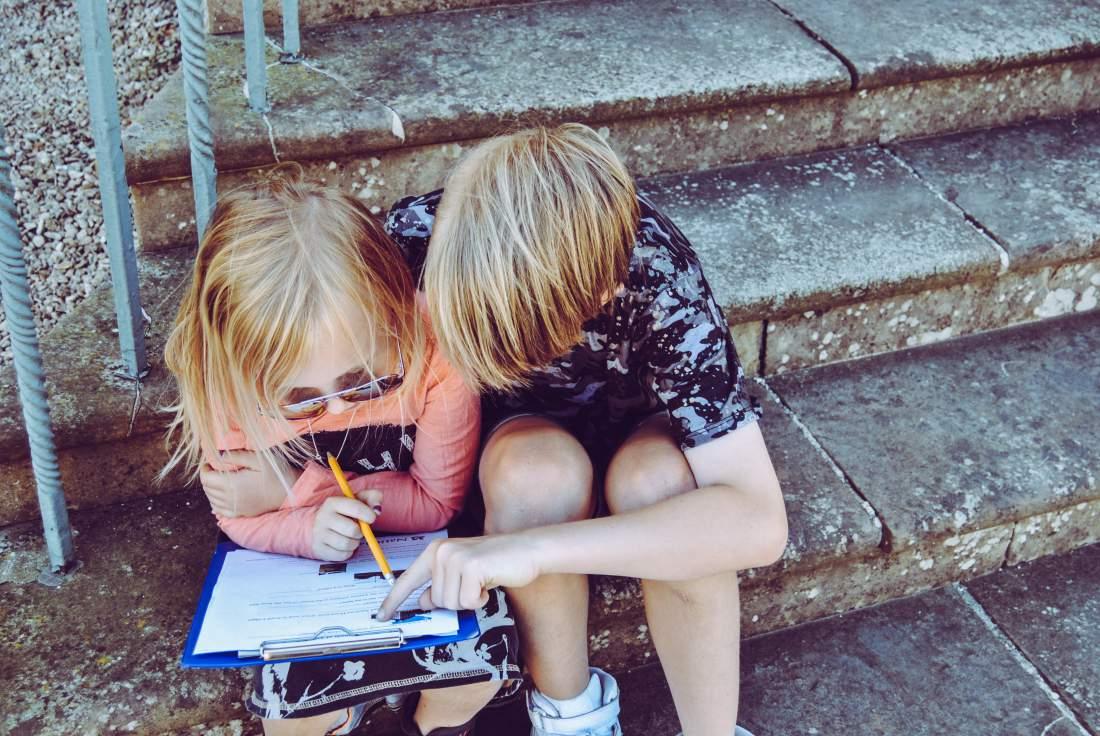 los niños aprenden inglés mientras juegan